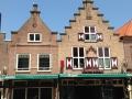 Alte Häuser rund um den Marktplatz in Schagen
