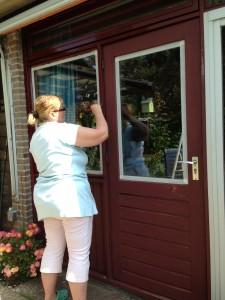 Lackieren des Fensterrahmen im  Ferienhaus